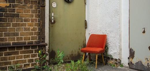 OPEN MONOPOL II Bildausschnitt roter stuhl